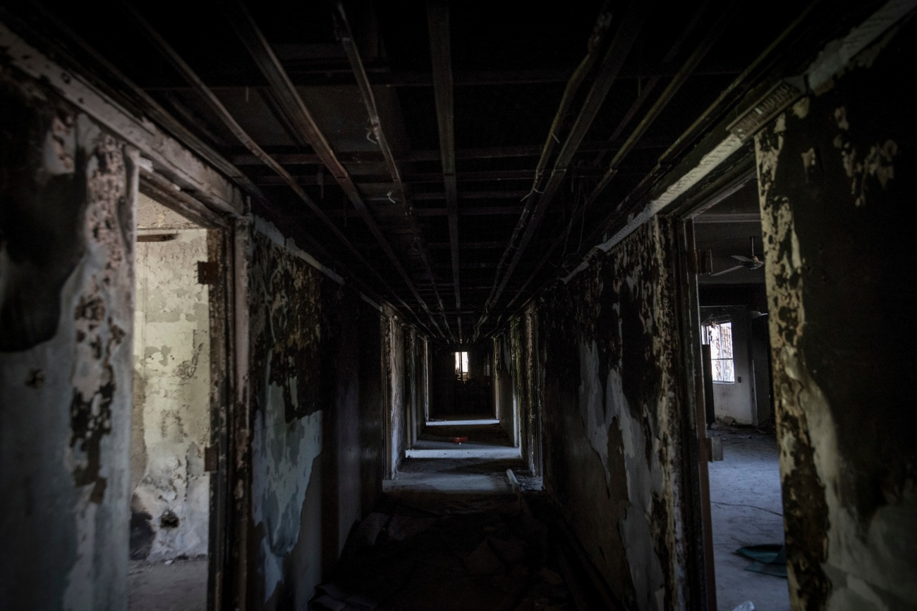 A burned corridor at the Fine Arts College of Mosul University in East Mosul / Un couloir ravagé par les feux à la Faculté des Beaux-Arts de l'Université de Mossoul, Mossoul-Est