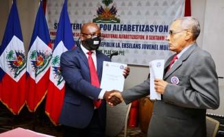 Le Secrétaire d'État à l'alphabétisation et le Vice Président de l'académie créole d'Haïti, après la signature d'un protocole d'accord ce 8 septembre 2020