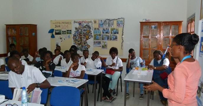 Les élèves assistant à la présentation du cycle d'utilisation de l'eau