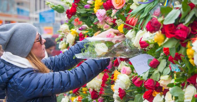 Des personnes déposent des fleurs au lendemain de l'attaque au camion à Stockholm (Suède), le 8 avril 2017.
