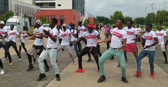 Jeunes de la Radio Urban FM faisant une chorégraphie