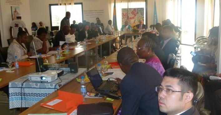 Les participants suivant la présentation du Partenariat Mondial pour l'Education.